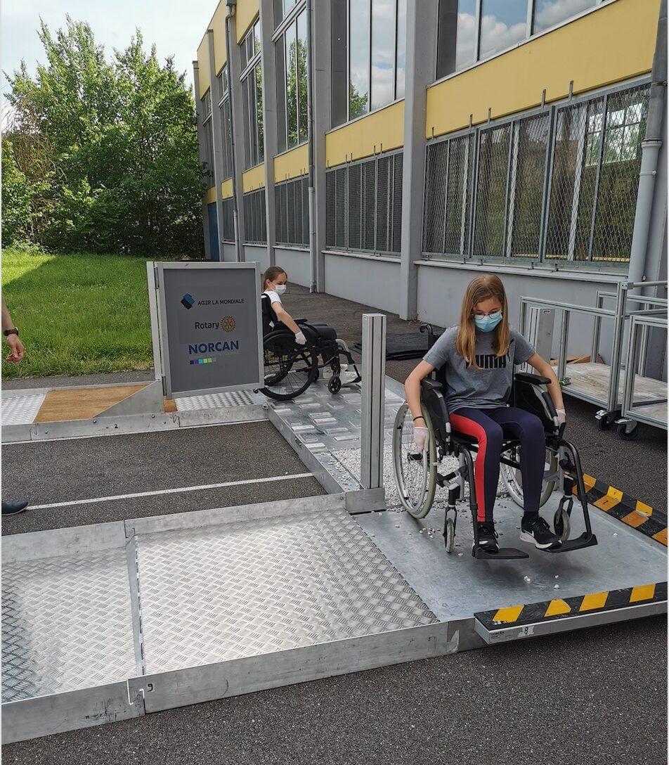 Les élèves de 6B confrontés aux problèmes du déplacement en fauteuil